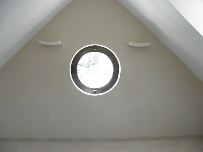 מבט חזיתי אל החלון העגול