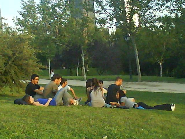 Pandilla de chavales en el parque