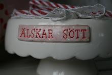 """""""ÄLSKAR SÖTT"""" tårtfat i keramik"""