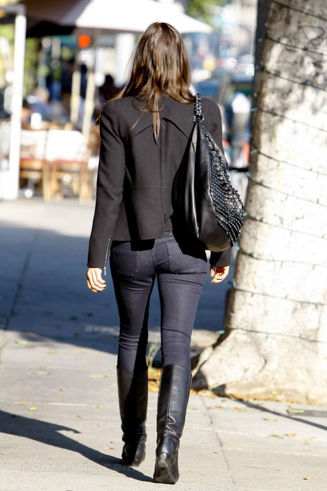 http://1.bp.blogspot.com/_b50bgnXUzGc/TQKlGcnHHXI/AAAAAAAABWw/4ad2MPXpi-A/s1600/jessica-biel-tight-pants-01.jpg