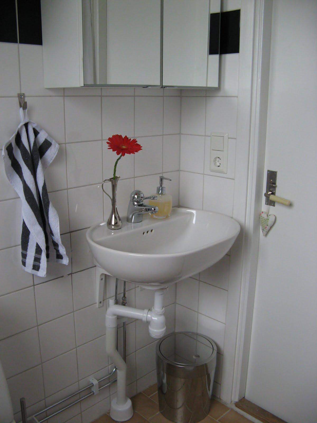 nem tudo fica branco preto e cinza! Uma corzinha vibrante vai bem #5F453F 1200x1600 Banheiro Branco Cinza E Vermelho