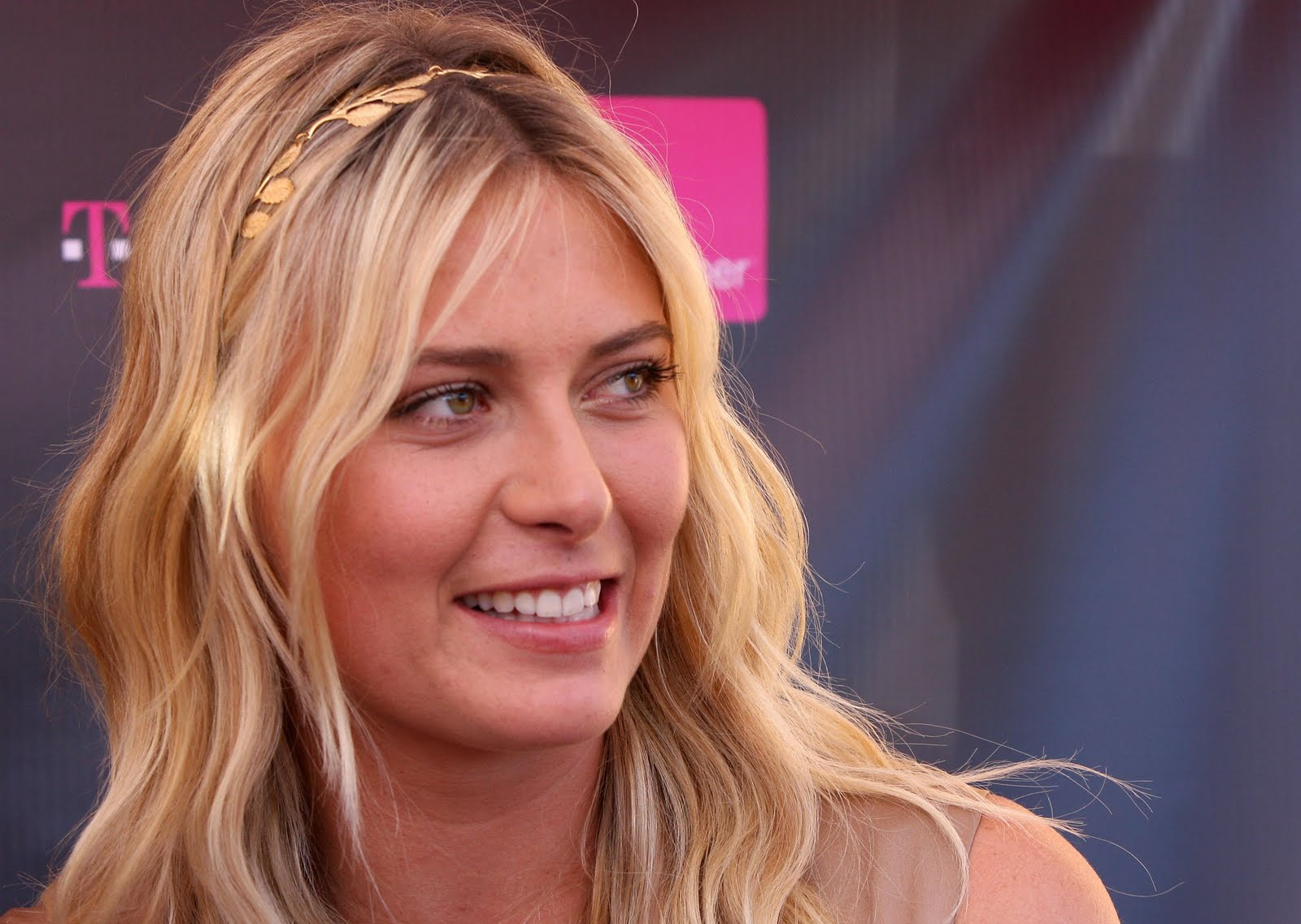 http://1.bp.blogspot.com/_b75UL5G9BPA/SwNnGILTKPI/AAAAAAAAHxE/IEC3C2rS8ZM/s1600/78706_ie_-_Maria_Sharapova_at_the_T-Mobile_and_Sony_Ericsson_Maria_Sharapova_Look-a-like_contest_at_the_new_T-Mobile_store_in_Canoga_Park_-_Oct__31_2009_1742_122_214lo-799825.jpg