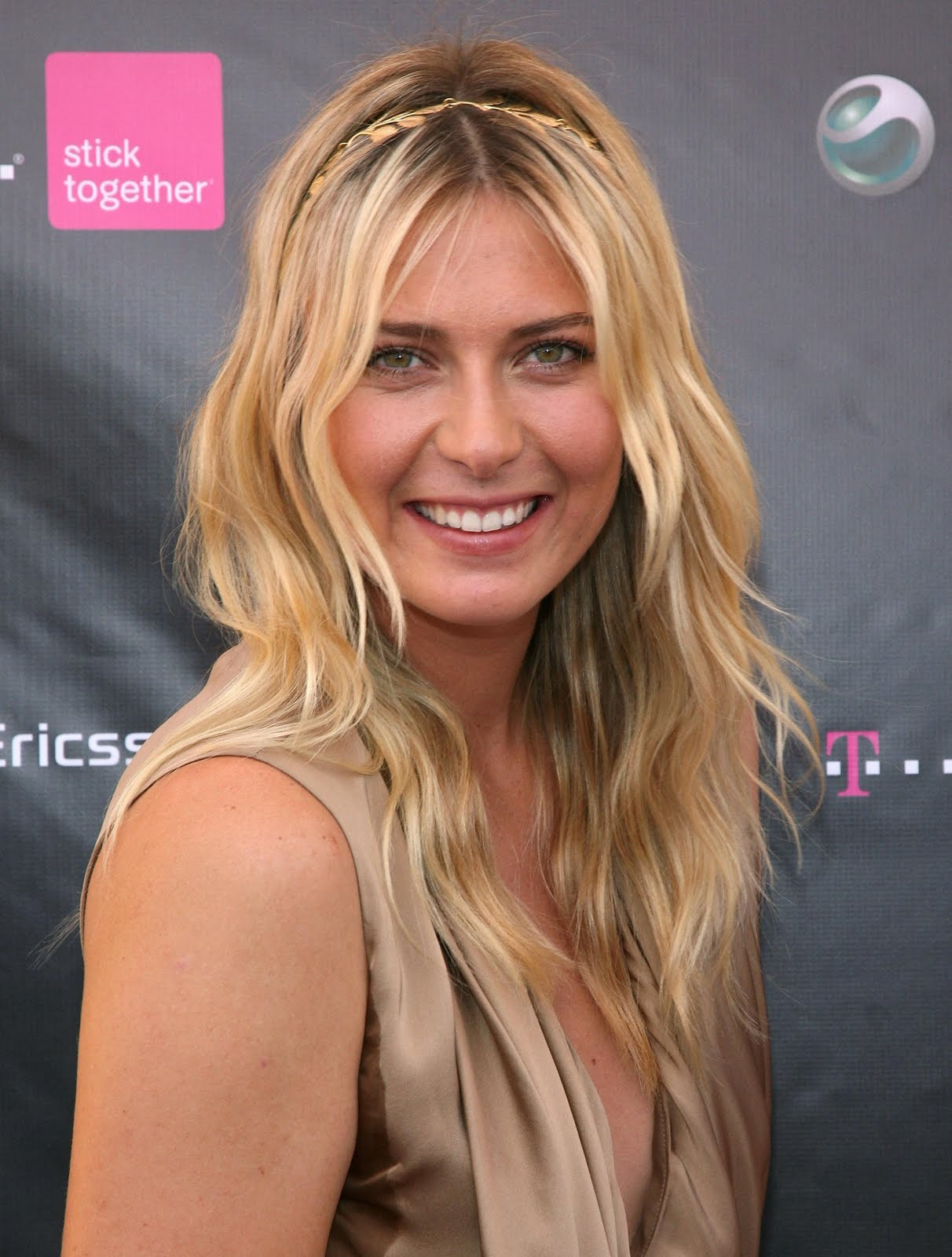 http://1.bp.blogspot.com/_b75UL5G9BPA/SwNnHXD2oWI/AAAAAAAAHxk/0HRn0DuUmWc/s1600/78718_ie_-_Maria_Sharapova_at_the_T-Mobile_and_Sony_Ericsson_Maria_Sharapova_Look-a-like_contest_at_the_new_T-Mobile_store_in_Canoga_Park_-_Oct__31_2009_7327_122_72lo-704979.jpg