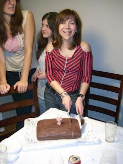 Moni cortando su torta