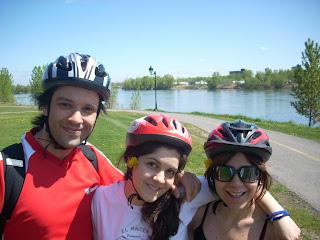 Adrian, Romi y Moni con aire a primavera