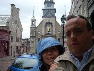 La pequeña capilla Notre-Dame-de-Bonsecours de fondo