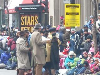 Cantantes de villancicos entretuvieron a la gente antes del desfile