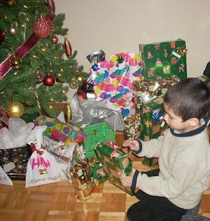 Nico listo para abrir los regalos
