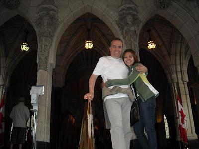 Moni y yo a la salida del Parlamento, el tour con guía recomendado