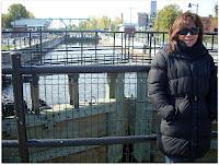 El canal recorre 14 km y cae 14 metros desde su extremo Oeste