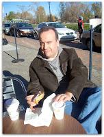 Café y factura al sol de otoño