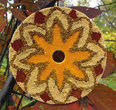 CD decorado como un mandala con semillas