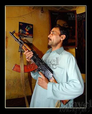 pakistan-peshawar-kalashnikov-gun-men