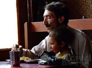 pakistan-gilgit-people-eating