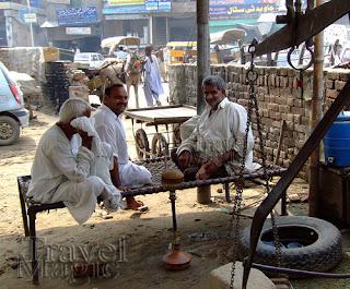 pakistan-smoking-nargile-bazaar-street