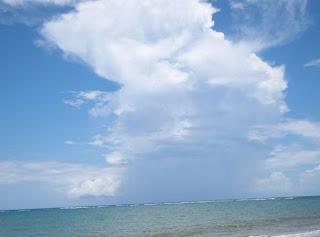 Wolkenvormingen bij de Dominicaanse Republiek