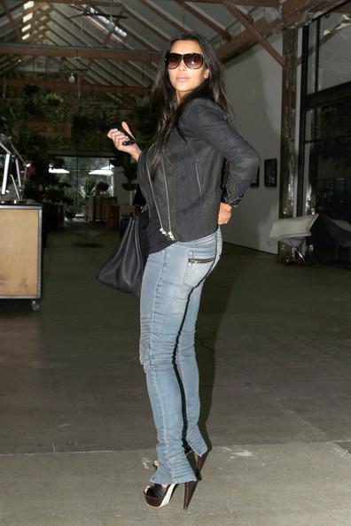 фото ким кардашьян в джинсах