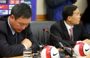 New coach Huh (left) flanked by Lee Yong-moo, head of the KFA's technical committee
