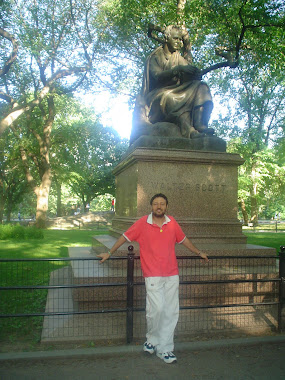 Este soy yo bajo una estatua de Walter Scott
