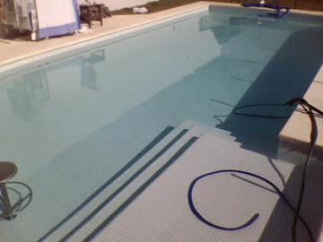 Solario con escalones perimetrales.