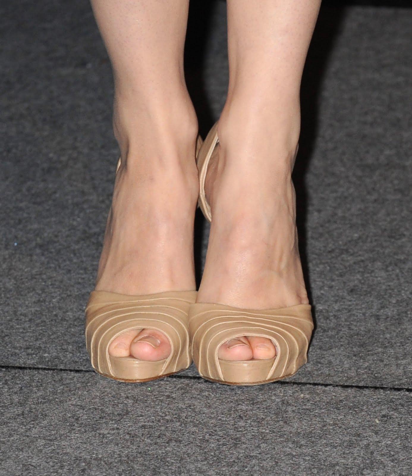 http://1.bp.blogspot.com/_bQ0SqifjNcg/S-OODJwvJuI/AAAAAAAAUF0/8VOtuELvZ_I/s1600/rachel-mcadams-feet.jpg