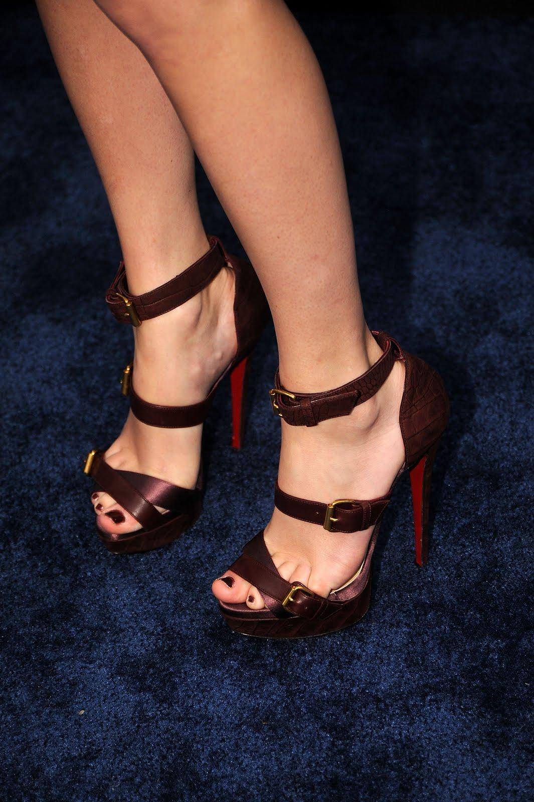 http://1.bp.blogspot.com/_bQ0SqifjNcg/TGXjmmq_kGI/AAAAAAAAa1I/oaIaOEl2F5o/s1600/taylor-swift-feet-2.jpg
