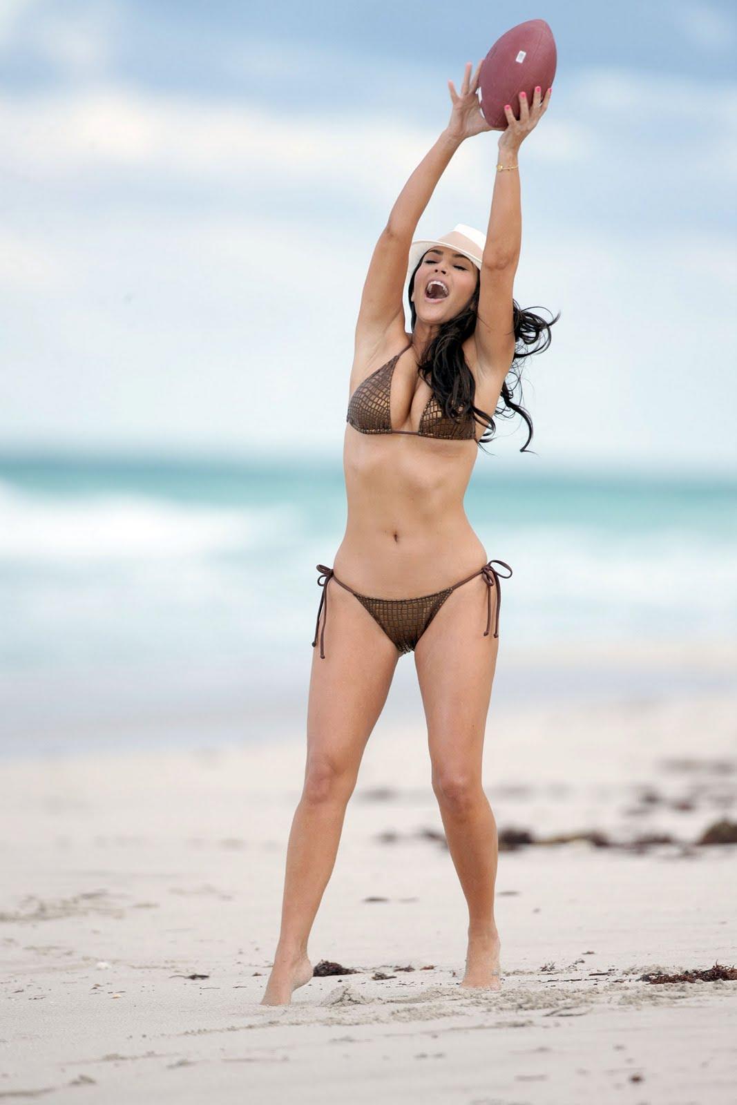 http://1.bp.blogspot.com/_bQ0SqifjNcg/TSFUcBo9JAI/AAAAAAAAfTM/rUwd0wuu-qI/s1600/kim-kardashian-beach-miami-4.jpg