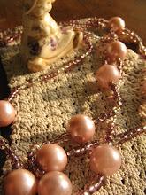 Collar en perlas rosa.
