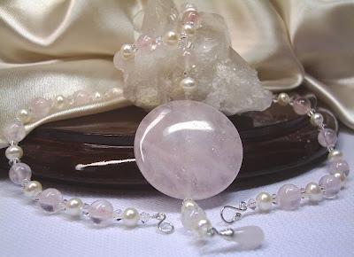 Colar de esferas de quartzo rosa, pérolas e cristais bicones Swarovski, com pingente moeda de quartzo rosa.