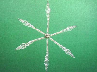 Enfeite de árvore de natal no formato de um cristal de gelo