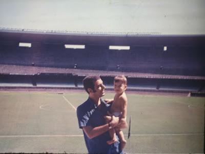 eu no colo de meu pai, Isaac Goldenberg, no Maracanã, Rio de Janeiro, RJ, 1969
