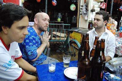 Felipinho Cereal, Luiz Antonio Simas e Kadu na QUITANDA ABRONHENSE em 13 de novembro de 2008, foto de Eduardo Goldenberg