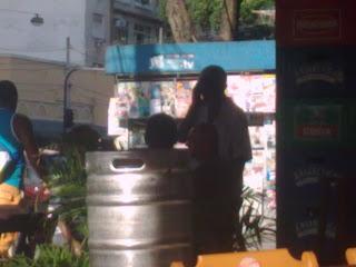 seu Vavá encontra amigos no DIVINO, botequim na esquina da rua Haddock Lobo com Barão de Ubá, fotografia de paparazzo contratado