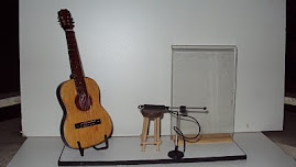 Porta retrato com violão, banquinho e microfone