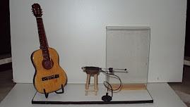 Mini palco com violão, microfone e porta retrato