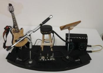 Mini palco com violão, porta partitura, microfone e caixa acústica