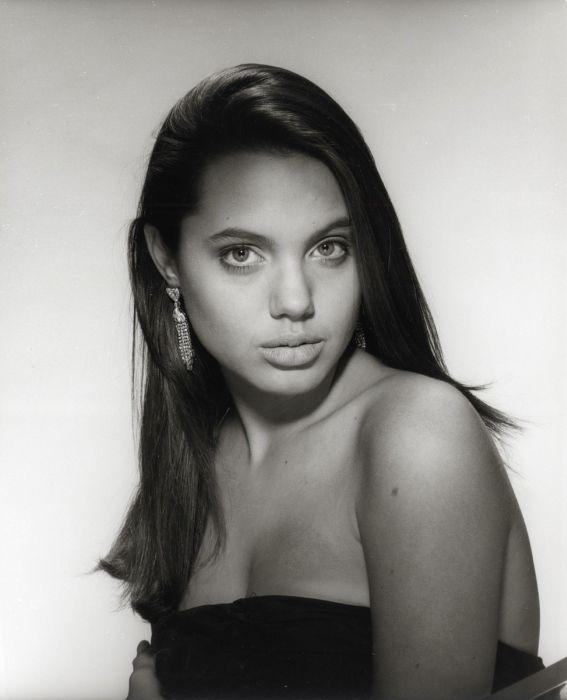 Foto-Foto Sexy Angelina Jolie Sewaktu Masih Muda