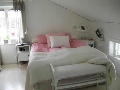 Lägga kläder på i sovrummet