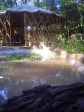Tenda Yurt e laguinho.