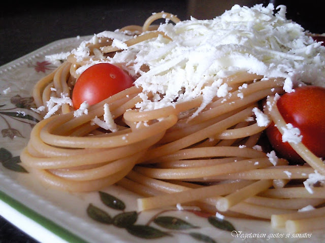 Articole culinare : SPAGHETE CU BRANZA DE CAPRA / ESPAQUETIS CON QUESO DE CABRA