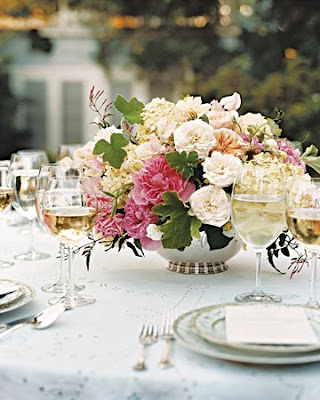 The receptiontable centerpieces star garden roses tucked among fat