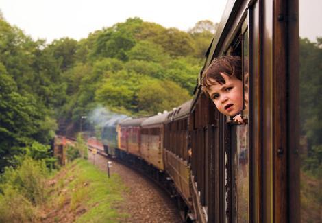 Resultado de imagen de El jefe de estación vio al niño y al padre asomados a la ventanilla del tren