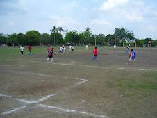 Jovenes Jugando en Campo de Futbol