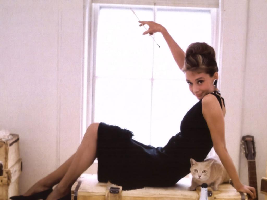 http://1.bp.blogspot.com/_bzPnvJJnbY4/TKETXeDg8dI/AAAAAAAAAIA/LycncLjmM1o/s1600/tiffany-s-wallpaper-breakfast-at-tiffanys-2573899-1024-768.jpg