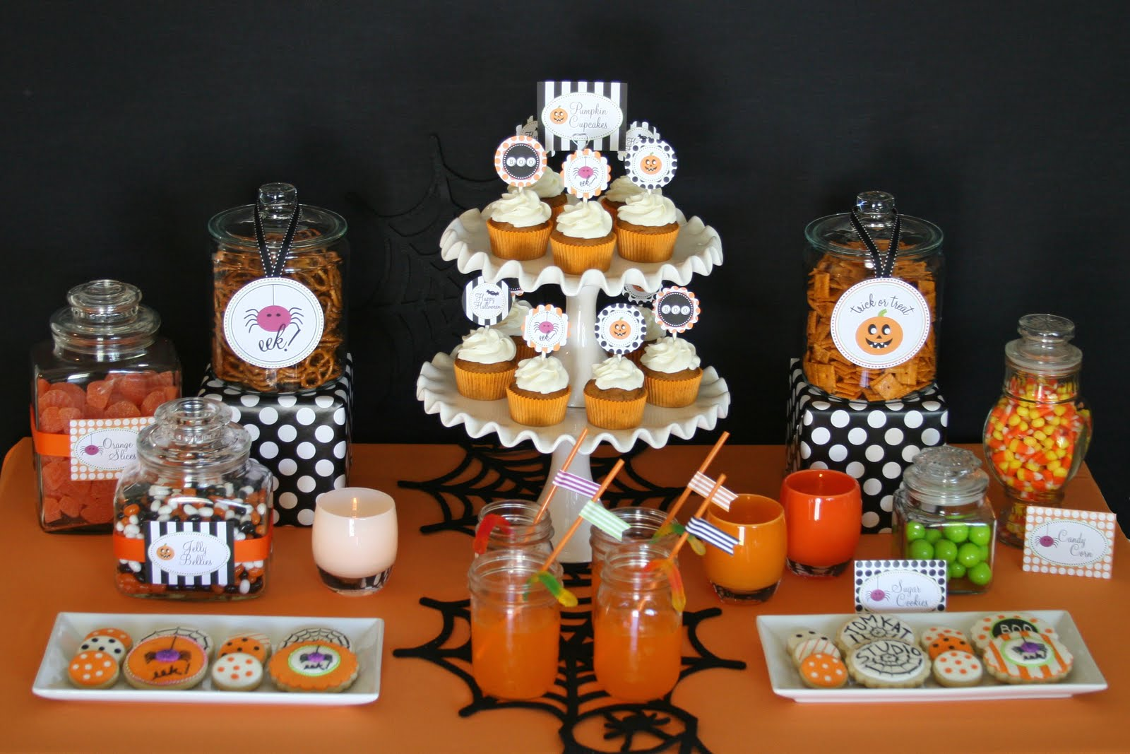 Halloween treats table glorious treats for Deco de table halloween
