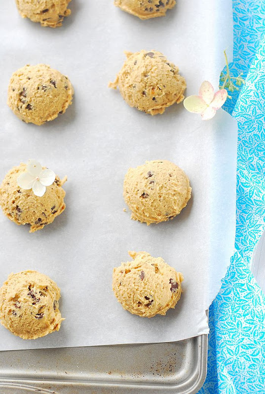 When East meets West: XXL chocolate chip cookies