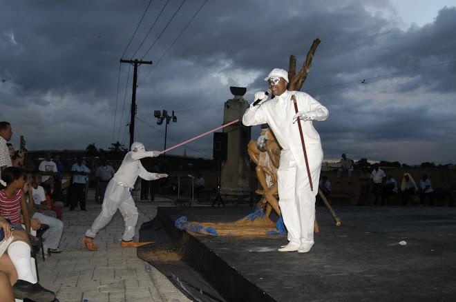 El gallo muerto se estremeció, el pescuezo levanto y con un canto sonoro kikiriki canto.