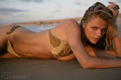 hot bikini babe brooklyn decker, hot buttocks show