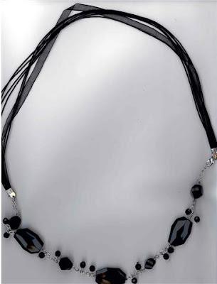 collar piedras negras de v arios tamaños y cadena de gasa. $20