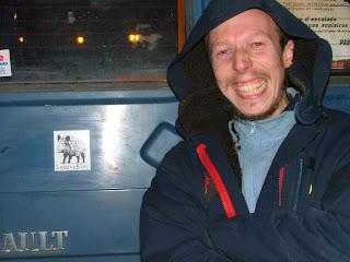 Max vient d'aposer la vignette du LodeveBloc sur son camion bleu